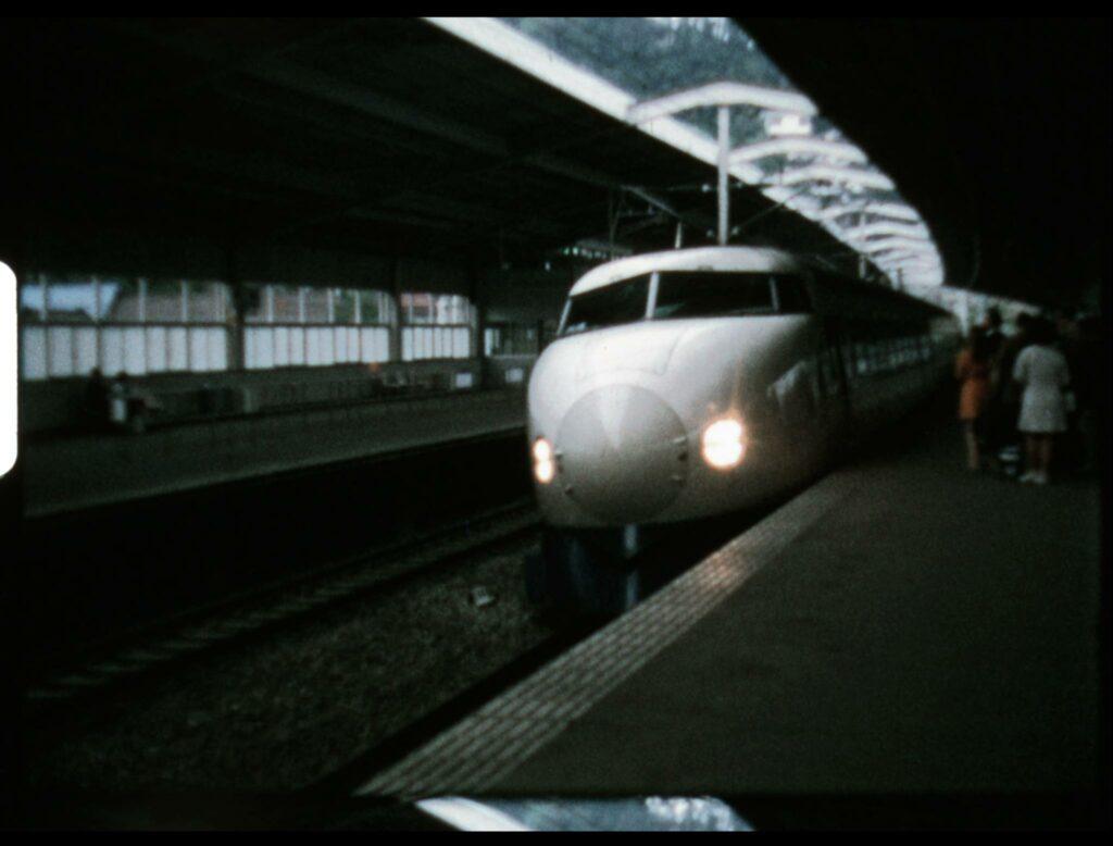 Le premier tronçon du Shinkansen, sur le Tōkaidō entre Tokyo et Shin-Osaka